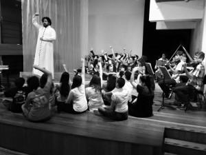 Claudio de Biaggi e as crianças do Papo Coral ensaiando