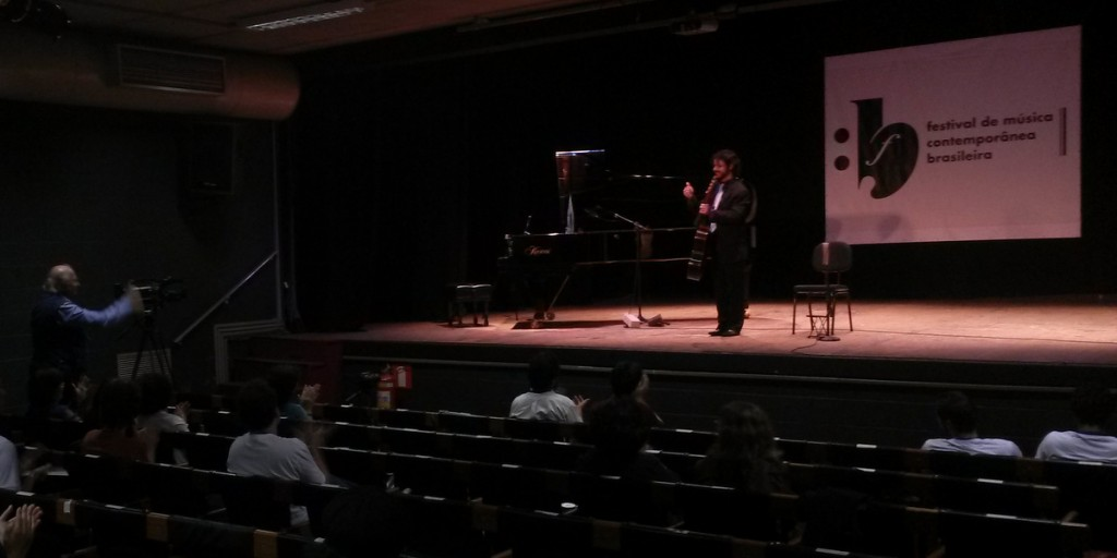 Thiago Kreutz recebe os cumprimentos de Edino Krieger após o concerto