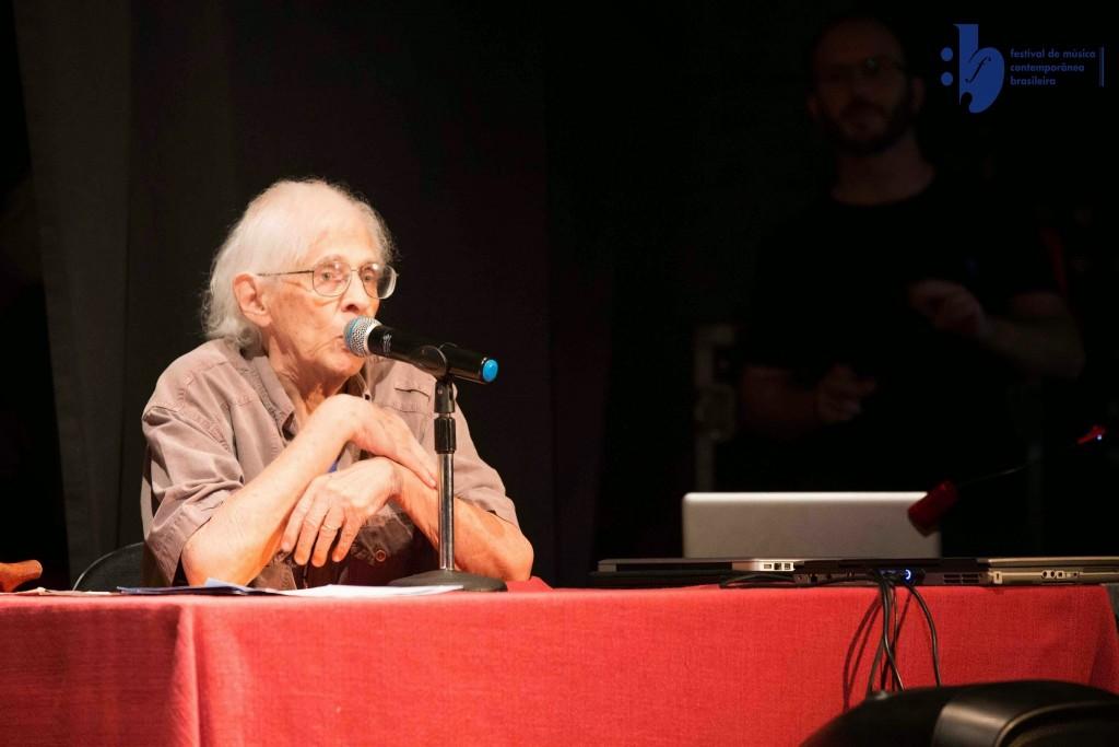 Gilberto Mendes comentando suas obras num concerto no II FMCB