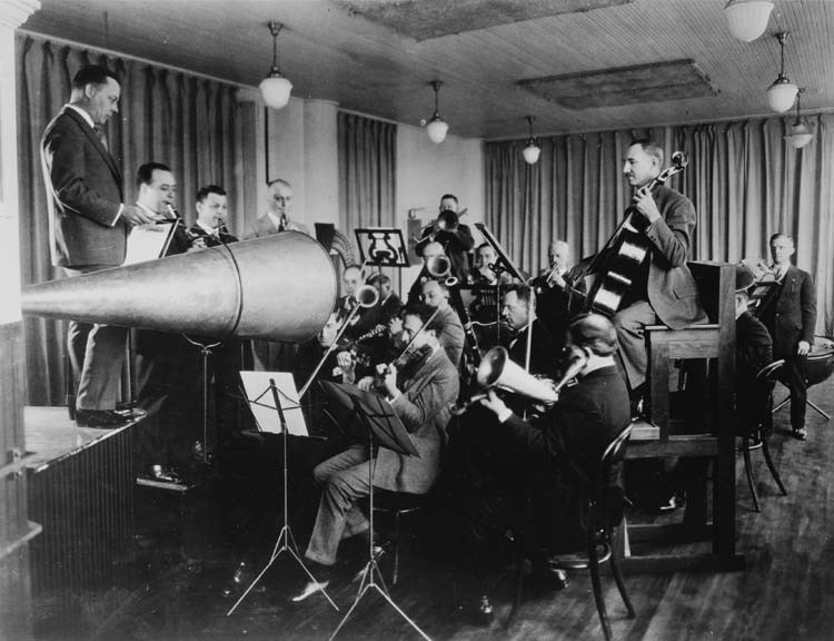 Orquestra da Victor Talking Machine gravando no sistema mecânico